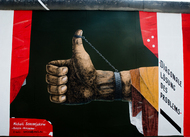 east side gallery thumbs up